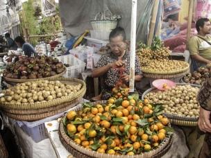 Menunggu pembeli buah datang