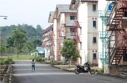 Seorang pekerja berjalan di lingkungan rusunawa pekerja lajang di Mukakuning.