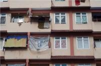 Penghuni rusunawa Pemko Batam Mukakuning menjemur di teras rumah mereka.
