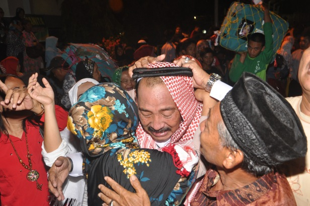 Indonesian hajj pilgrim gets emotional welcome from his family at Sudiang Hajj Hostel in Makassar, Indonesia following his return from Saudi Arabia on September 30, 2015. Indonesia departed 168.800 hajj pilgrim to Saudi Arabia this year, but it is expected hudred of the pilgrim dead during rencent hajj season. Indonesian Religious Afair has not confirm exact number of hajj dead due to collecting correct data following the Mina Tragedy that killed around 1000 pilgrim.