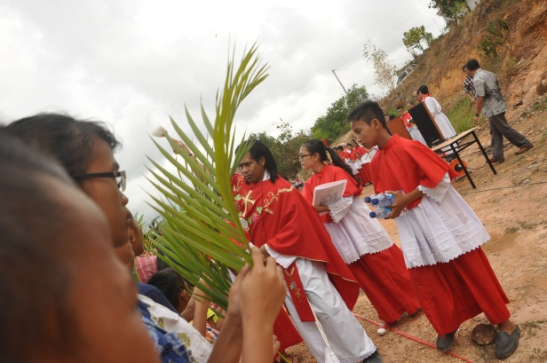 Pastor splashed holy water to bless attendand during Palm Sunday Mass at St. Josepf Church in Batam, Indonesia, Sunday (29/3). Palm Sunday is the landmark of Christian calendar, marking the triumphant return of Christ to Jerusalem the week before His dead, when a cheering crowd greeted Him waving with palm leaves.