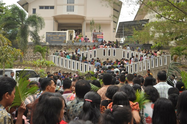 People marched toward the church during Palm Sunday Mass at St. Josepf Church in Batam, Indonesia, Sunday (29/3). Palm Sunday is the landmark of Christian calendar, marking the triumphant return of Christ to Jerusalem the week before His dead, when a cheering crowd greeted Him waving with palm leaves.