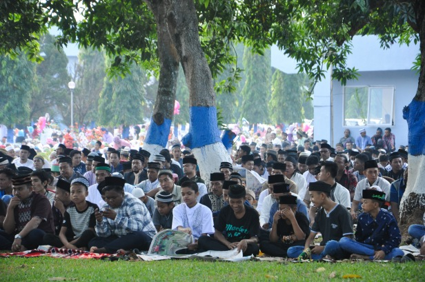 Indonesian Muslims gathered at Air Force Residence Field in Makassar , Indonesia to held Eid Al-Fitr prayer to celebrate the end of Ramadhan on July 17, 2015.