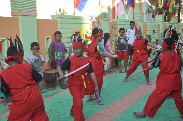 Kids permform Gandrang Bulo dance to welcome all delegations of ASEAN Mayors Forum who visited Kassi-Kassi Village on September 9, 2015. Delegations from ASEAN countries visited the village to see food self-sufficiency of local community.
