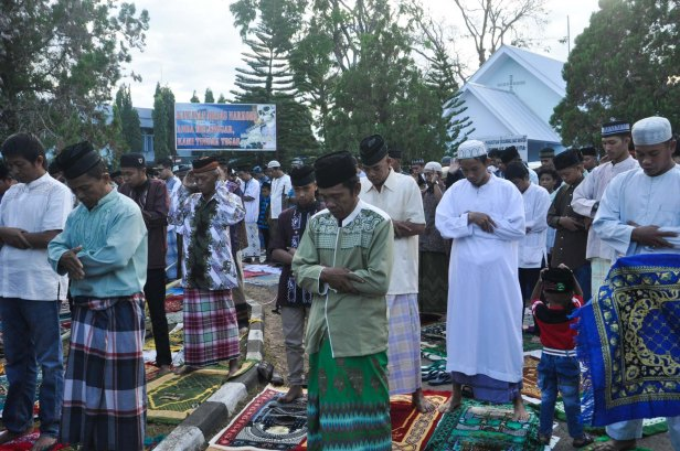 Men were praying at Air Force Residence Field in Makassar , Indonesia during Eid Al-Fitr prayer to celebrate the end of Ramadhan on July 17, 2015.