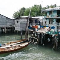 Warga Pulau Todak di pelantar pribadi.