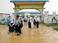 SMP Negeri 28 tergenang seteah hujan deras.