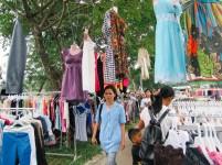 Pasar kaget di depan sebuah perusahaan di Sekupang. Pasar ini selalu muncul berbarengn dengan masa penerimaan gaji pegawai.
