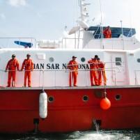 Anggota Basarnas di perairan Batam.