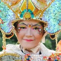 Seorang peserta suatu karnaval dari Jember