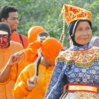 Parade seniman Makyong, sebuah seni asli Pulau Batam.