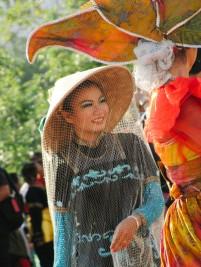 Seorang gadis dengan kostum tradisional petani.
