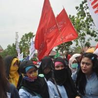 Buruh perempuan turut dalam Demo.