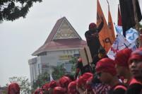 Seorang orator beraksi dalam sebuah demo buruh.
