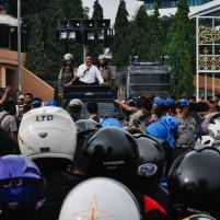 Walikota Batam, Ahmad Dahlan berupaya menenangkan pengunjuk rasa.