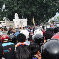 Suasana di depan Kantor Walikota ketika Walikota Admad Dahlan menenangkan massa buruh dalam sebuah unjuk rasa.