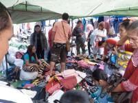 Jual beli tas bekas impor di Pasar Jodoh.