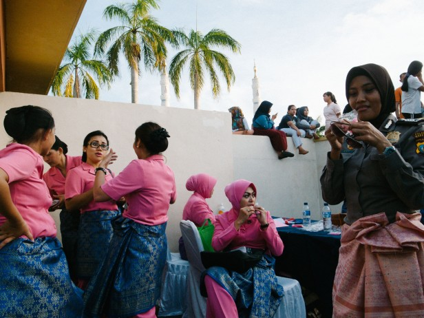 Para Bhayangkari dan seorang polwan usai sebuah acara di alun-alun engku puter.