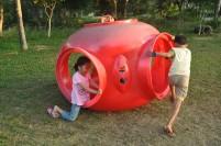 Anak-anak bermain di taman kompleks.