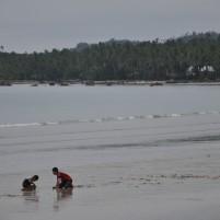 Dua anak bermain di Pantai Tanjung, Ranai.