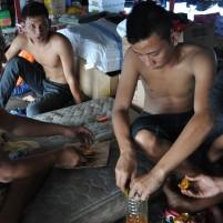 Para pedagang asal Kalimantan Barat membuat jeruk peras di atas kapal perintis Terigas dalam perjalanan dari Midai ke Selat Lampa