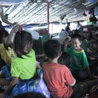 Beberapa anak penumpang kapal perintis Terigas bermain dalam perjalanan dari Pulau Midai ke Selat Lampa