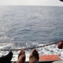 Suasana di pinggir dek kapal Terigas. Kapal perintis ini tidak memiliki kabin, penumpang hanya duduk di dek yang ditutupi dengan terpal.
