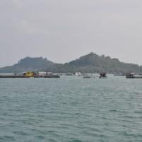 Pemandangan bangunan bagang yang menjadi tempat penangkaran ikan maupun tempat tinggal nelayan lokal Sedanau, Natuna