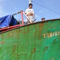 Seorang anggota kru KM Terigas ketika kapal bersandar di dermaga Sedanau.