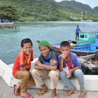 Anak-anak lokal dari daerah Selat Lampa.