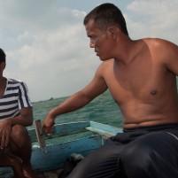Dua nelayan lokal Kota Ranai dalam perjalanan kembali ke dermaga.