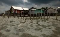 Rumah-rumah nelayan di pantai Kota Ranai.