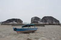 Perahu nelayan tergeletak di dasar laut pesisir Kota Ranai, Natuna saat surut.