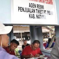 Pembeli mengantri membeli tiket di loket tiket pelabuhan Selat Lampa