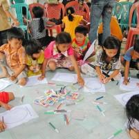 Anak-anak di desa Ehozakhozi, Nias menggambar bersama.