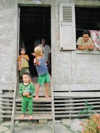 Sebuah keluarga di desa Ehozakhozi, Nias Barat.