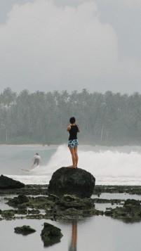 Pengungjung mengambil gambar peselancar di Teluk Dalam, Nias Selatan
