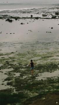 Seorang pengunjung berjalan menyusuri pesisir Teluk Dalam, Nias Selatan
