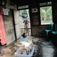 Anak balita memandang ayahnya yang akan berangkat bekerja.