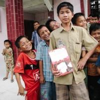 Sekumpulan anak gembira usai mendapat kunjungan petugas lapangan dari organisasi Wahana Visi Indonesia.