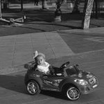 Seorang balita perempuan menaiki mobil-mobilan di Ocarina.