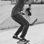 Para remaja bermain skateboard di alun-alun Engku Puteri