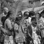 Umat Katolik Batam bersiap mengikuti misa Minggu Palma.