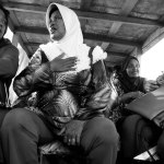 Perempuan Tanjungpinang bercengkrama dalam pompong selama perjalanan dari Pulau Penyengat ke Tanjungpinang.