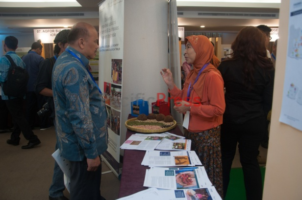 Staff of PRISMA Project (right) explains about the project to visitors of the expo at Eastern Indonesia Forum Festival. The festival was attended by many civil societies and NGOs from many areas in Eastern Indonesia and became an event to display and study achievement of many smart practices done by local communities based on their local wisdom in order to improve their welfare.