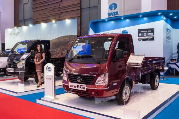 Makassar, Indonesia. 18th May, 2016. Tata Motors exhibiths Ace Ex 2 and Super Ace, its pick up truck series at GIIAS Makassar Autoshow in Makassar, Indonesia. Recent report said Indonesia car sales grew 4,6 percent (year to year) to 84.703 vehichle in April 2016 from 81.000 vehicles in the same month last year. This is a remarkable result as monthly car sales growth (on a year-on-year basis) had been declining for 16 straight months previously. © Yermia Riezky Santiago