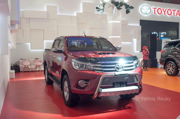 Makassar, Indonesia. 18th May, 2016. Toyota exhibits All New Hilux at GIIAS Makassar Autoshow in Makassar, Indonesia. Recent report said Indonesia car sales grew 4,6 percent (year to year) to 84.703 vehichle in April 2016 from 81.000 vehicles in the same month last year. This is a remarkable result as monthly car sales growth (on a year-on-year basis) had been declining for 16 straight months previously. © Yermia Riezky Santiago