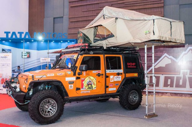 Makassar, Indonesia. 18th May, 2016. A jeep modification service company takes part at GIIAS Makassar Autoshow in Makassar, Indonesia. Recent report said Indonesia car sales grew 4,6 percent (year to year) to 84.703 vehichle in April 2016 from 81.000 vehicles in the same month last year. This is a remarkable result as monthly car sales growth (on a year-on-year basis) had been declining for 16 straight months previously. © Yermia Riezky Santiago