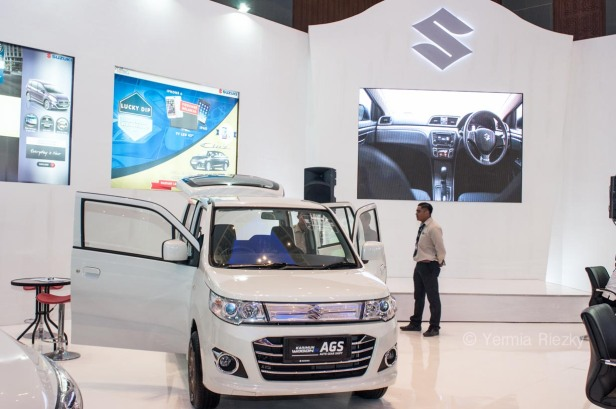 Makassar, Indonesia. 18th May, 2016. A marketer talks to visitors at Suzuki booth at GIIAS Makassar Autoshow in Makassar, Indonesia. Recent report said Indonesia car sales grew 4,6 percent (year to year) to 84.703 vehichle in April 2016 from 81.000 vehicles in the same month last year. This is a remarkable result as monthly car sales growth (on a year-on-year basis) had been declining for 16 straight months previously. © Yermia Riezky Santiago