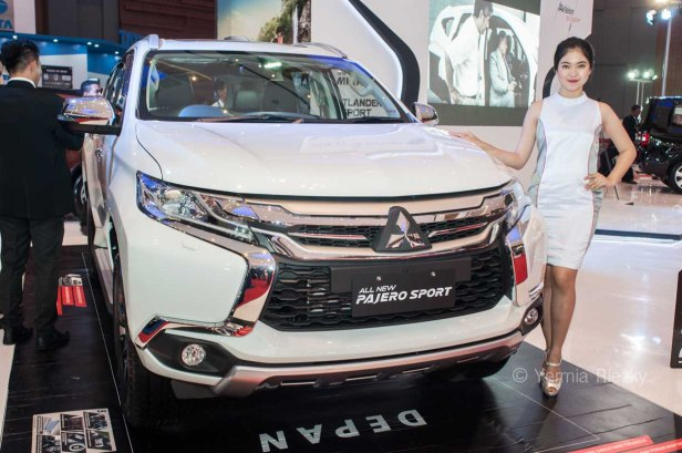 Makassar, Indonesia. 18th May, 2016. A model poses beside the All New Pajero Sport of Mitshubishi Motors at GIIAS Makassar Autoshow in Makassar, Indonesia. Recent report said Indonesia car sales grew 4,6 percent (year to year) to 84.703 vehichle in April 2016 from 81.000 vehicles in the same month last year. This is a remarkable result as monthly car sales growth (on a year-on-year basis) had been declining for 16 straight months previously. © Yermia Riezky Santiago